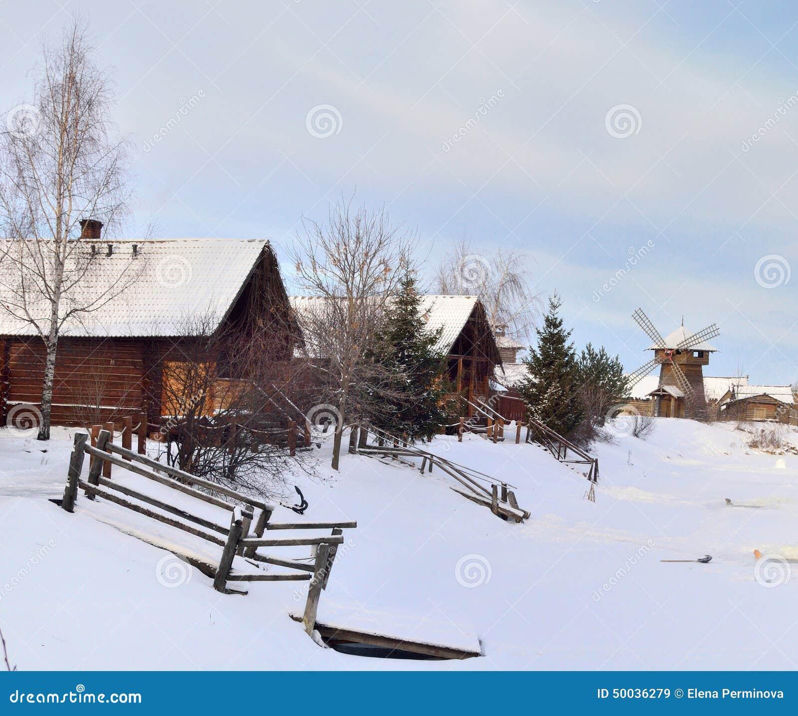 Rue des maisons en bois dans le village russe image stock for Les maisons en bois