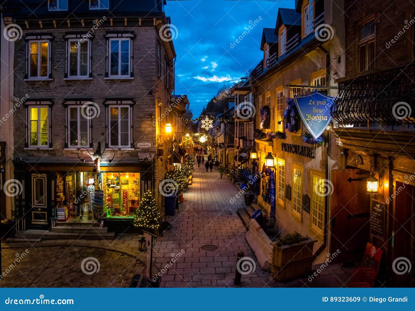 Rue du Petit-Champlain bij Lagere Oude Stad basse-Ville verfraaide voor Kerstmis bij nacht - de Stad van Quebec, Quebec, Canada