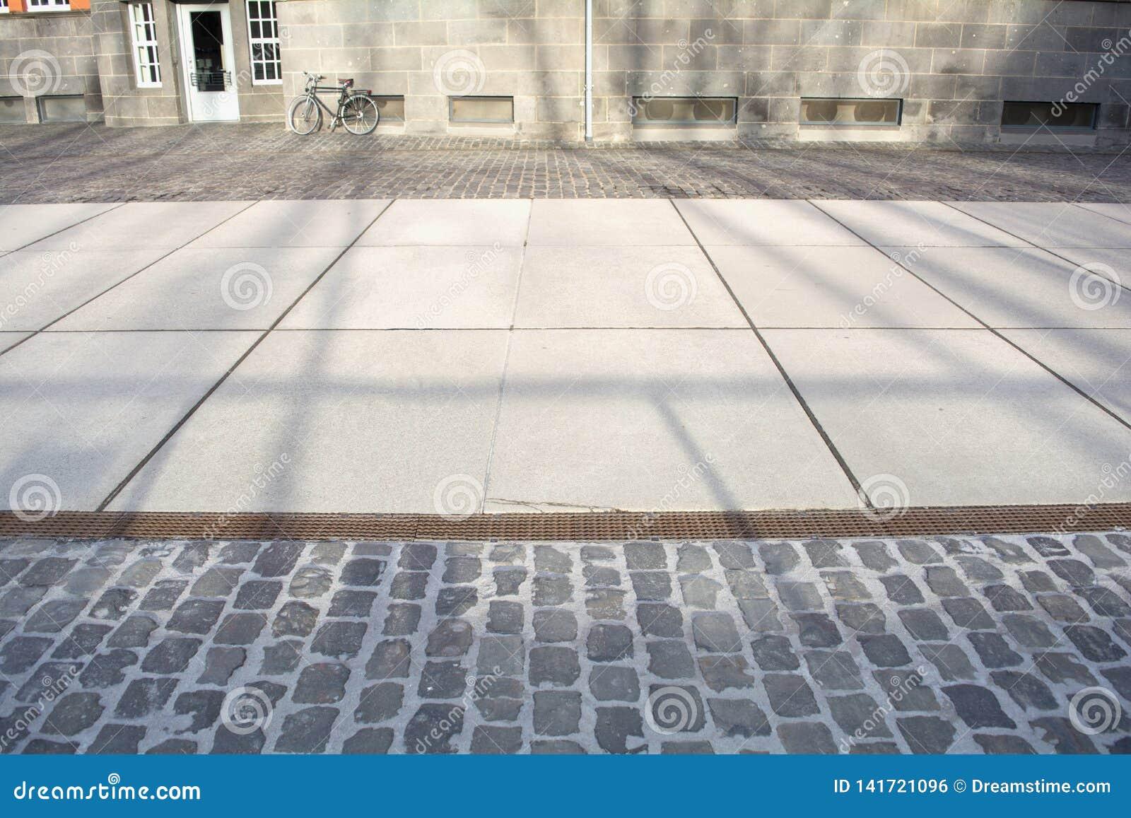 Rue ensoleillée avec les ombres et le bycicle