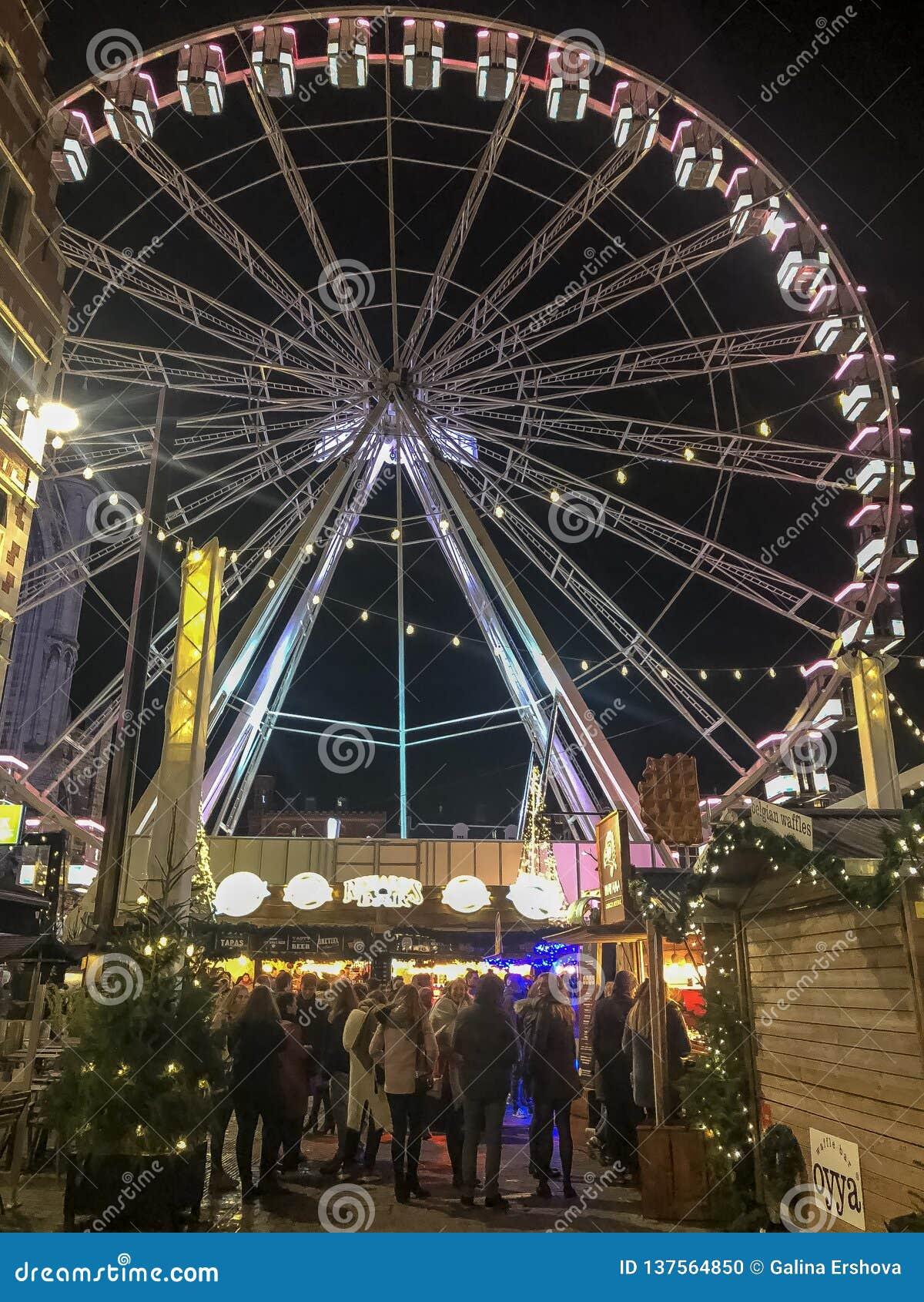Rueda de Christmass en el mercado de Christmass en ciudad europea
