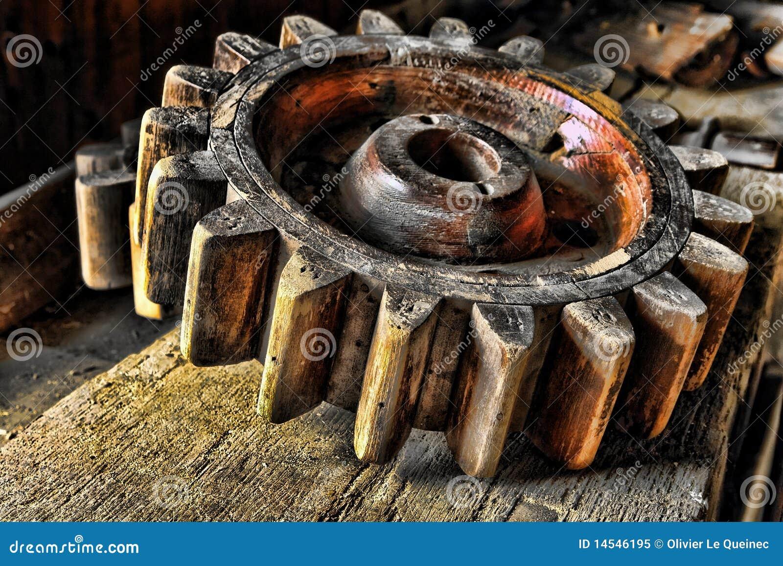 Rueda de madera de la maquinaria