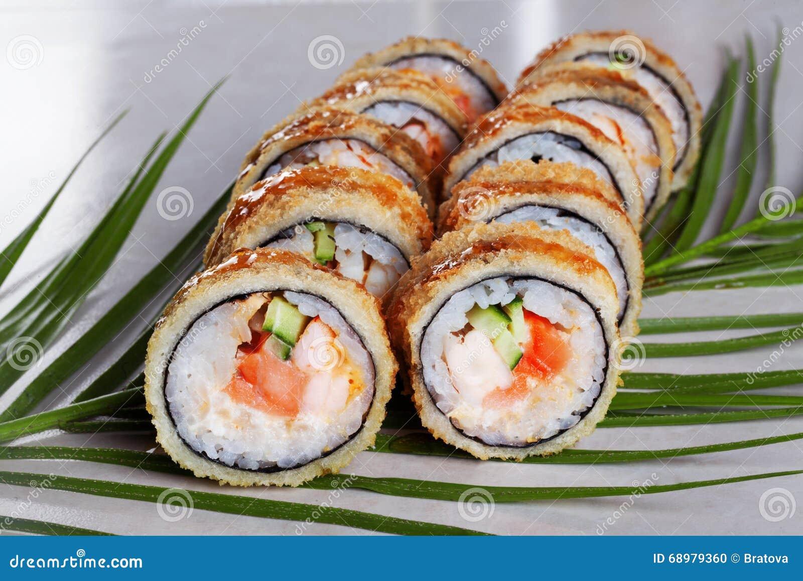Ruede el sushi, tempura tropical empanado de las hojas de los menús del arroz de color salmón