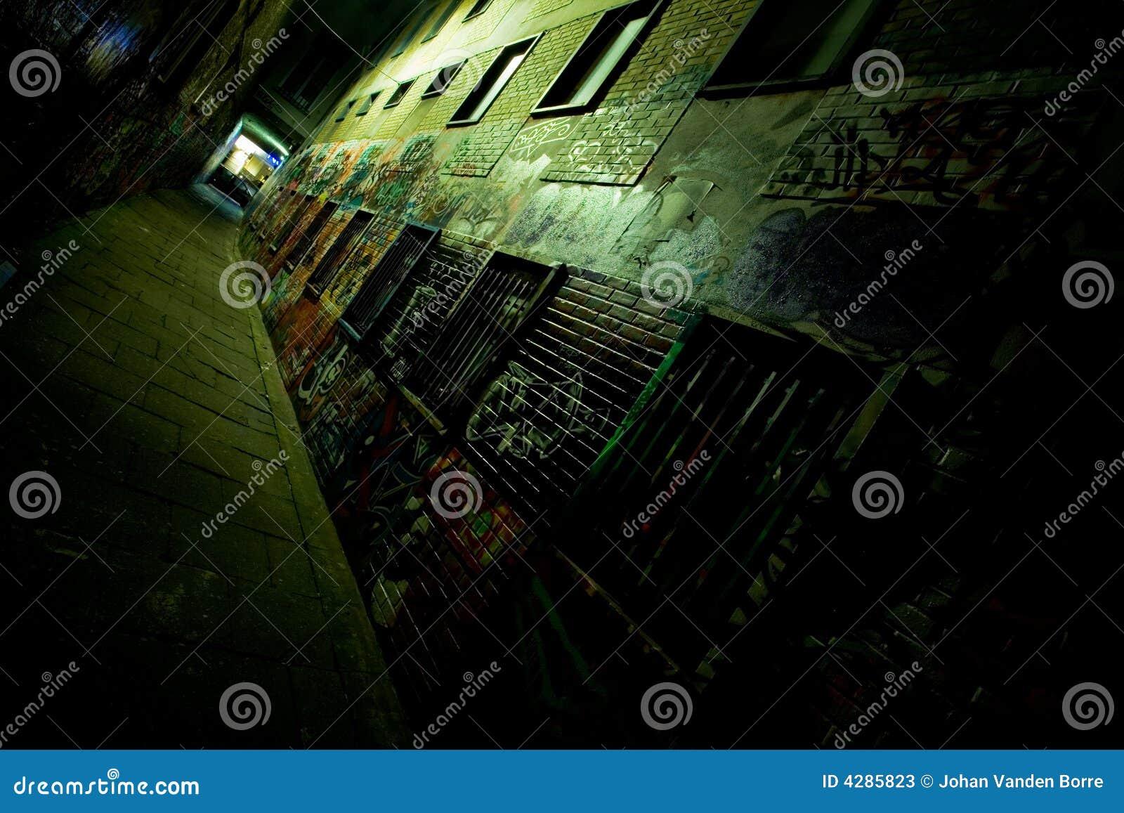 Ruelle de graffiti la nuit