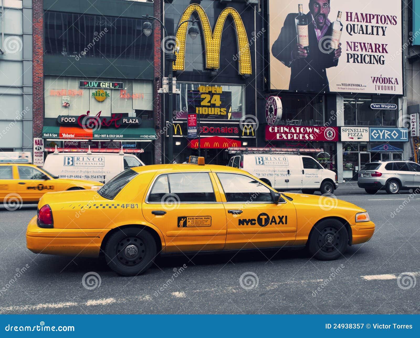 rues de manhattan avec un taxi jaune typique photographie. Black Bedroom Furniture Sets. Home Design Ideas