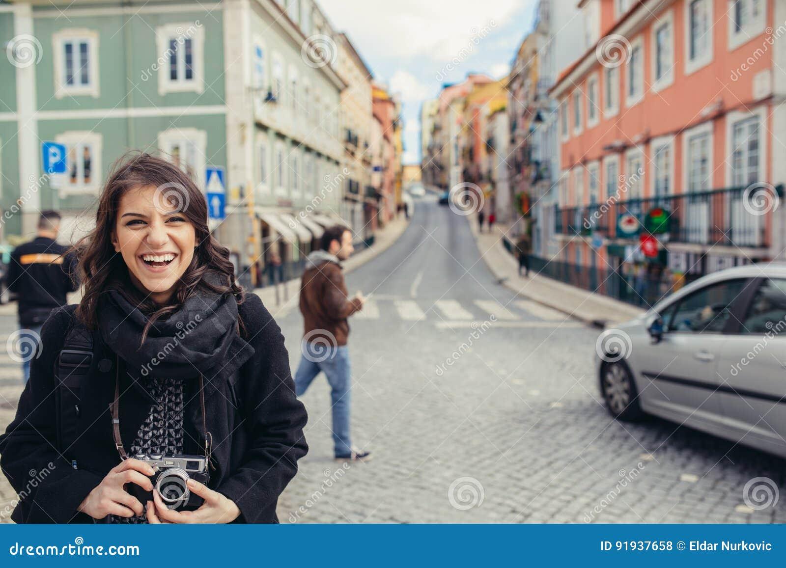 Rues de marche de femme enthousiaste de voyageur de capitale européenne Touriste à Lisbonne, Portugal