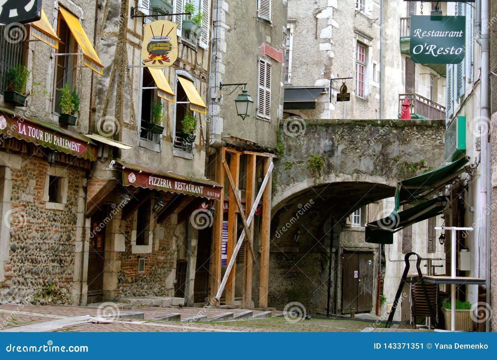 Rues tranquilles au vieux centre de Pau, France