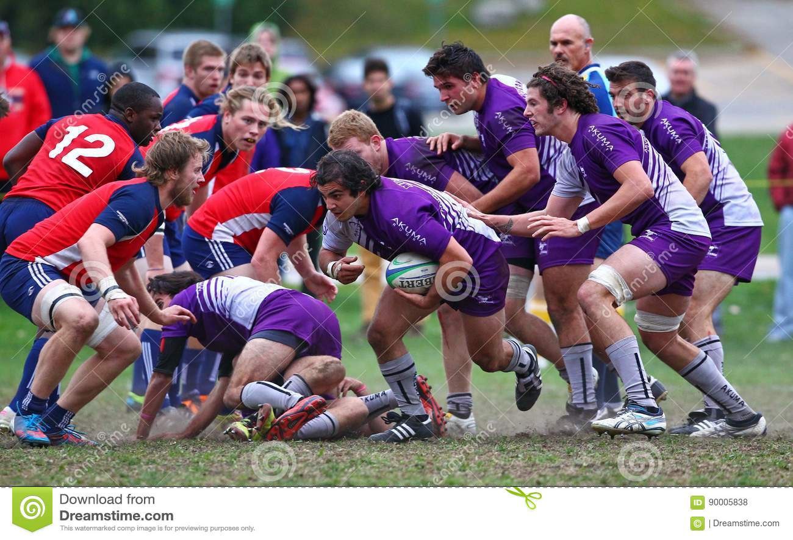 Rugby gracz niesie piłkę