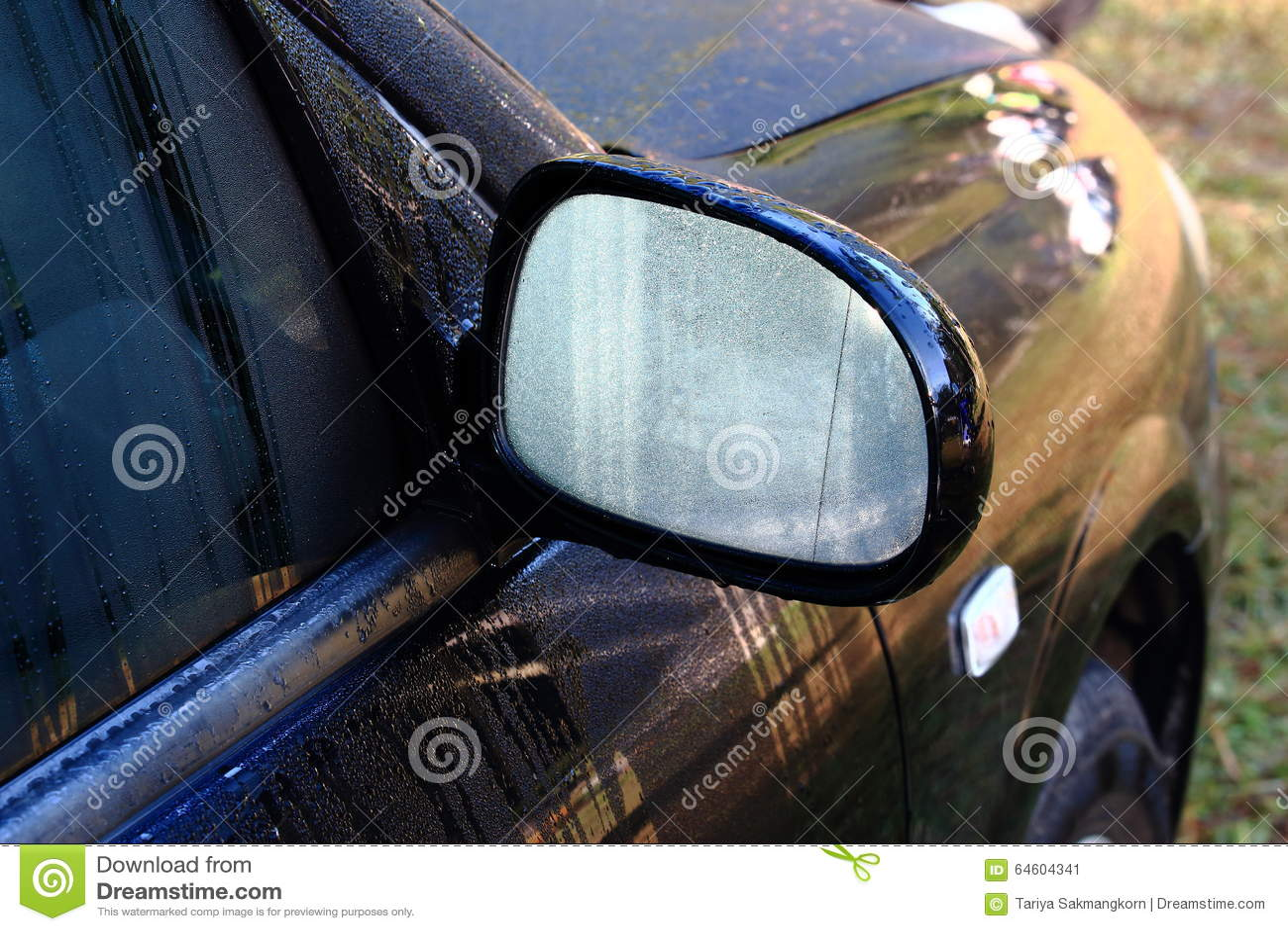 Rugiada di mattina su Wing Mirror dell automobile nera
