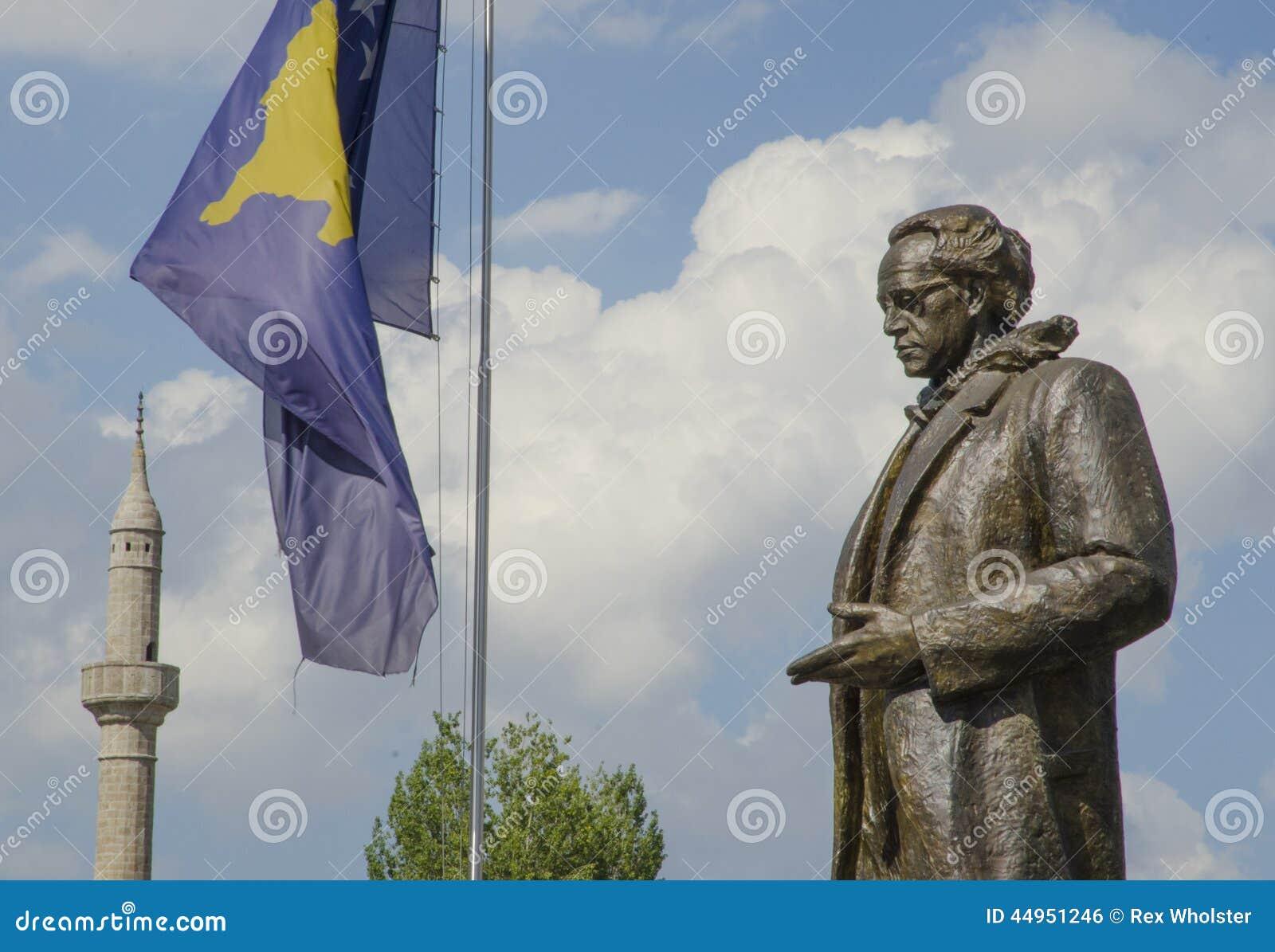 Rugova-Statue mit Kosovo-Flagge in Pristina