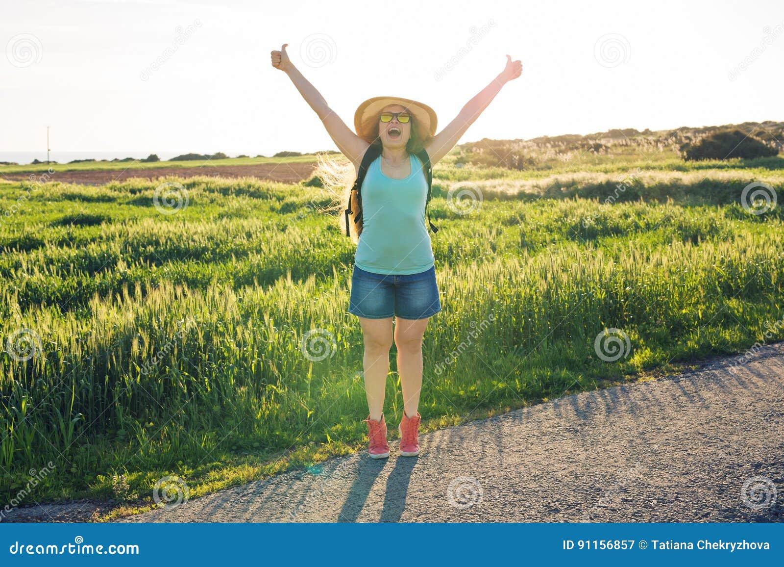 Rugzakreis naar Europees platteland, actieve levensstijl, het actieve concept van de de zomervakantie - Vrouwenreiziger het kijke