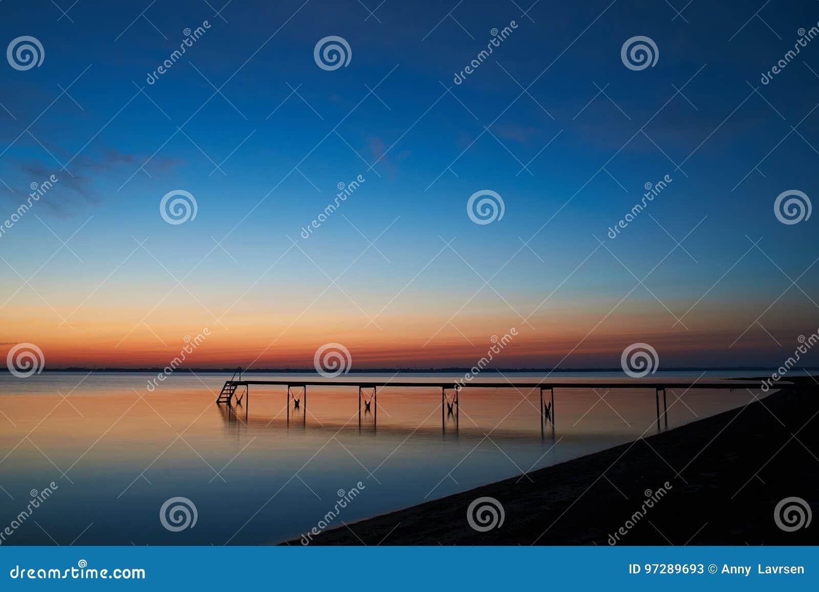 Ruhe nach Sonnenuntergang an Vadum-Strand in Salling, Dänemark