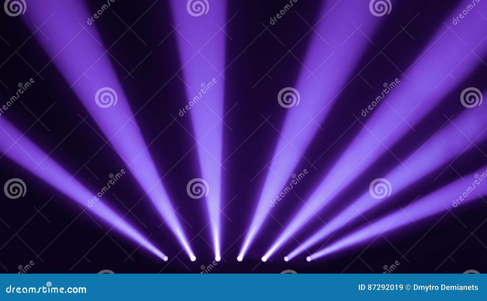 Ruhe und purpurrote Stadiumsscheinwerfer mit einem Rauche