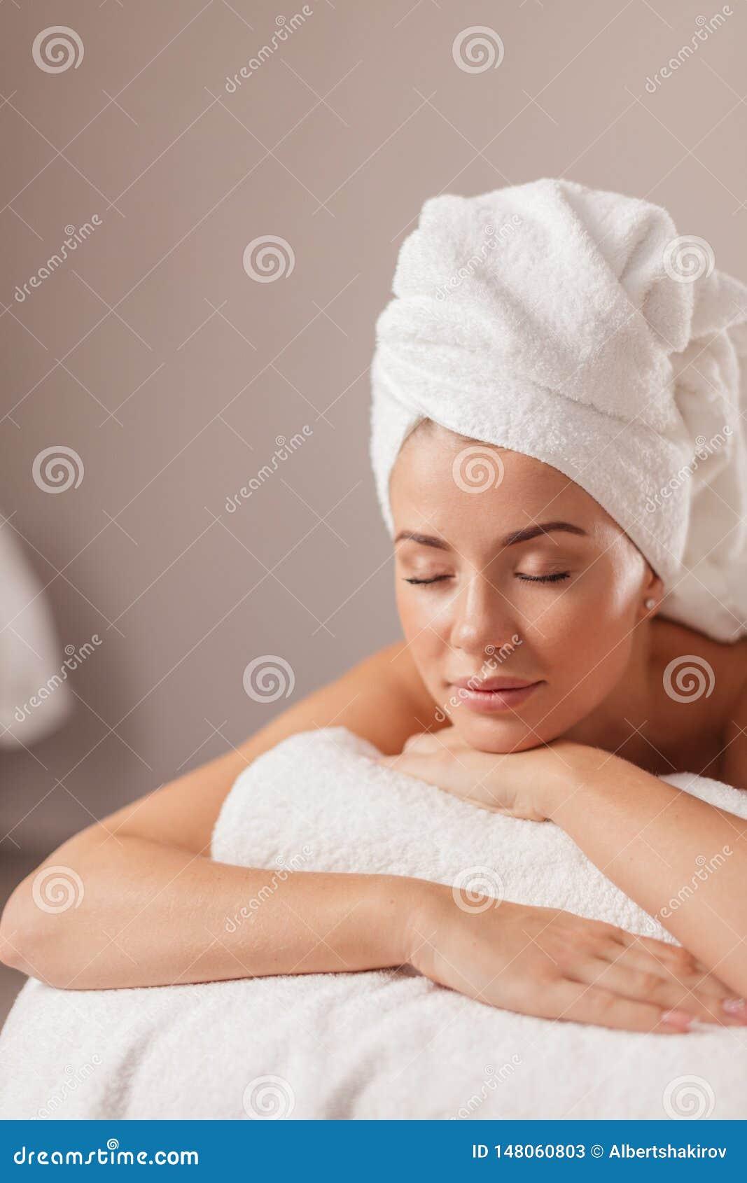 Ruhemädchen wartet auf Massage