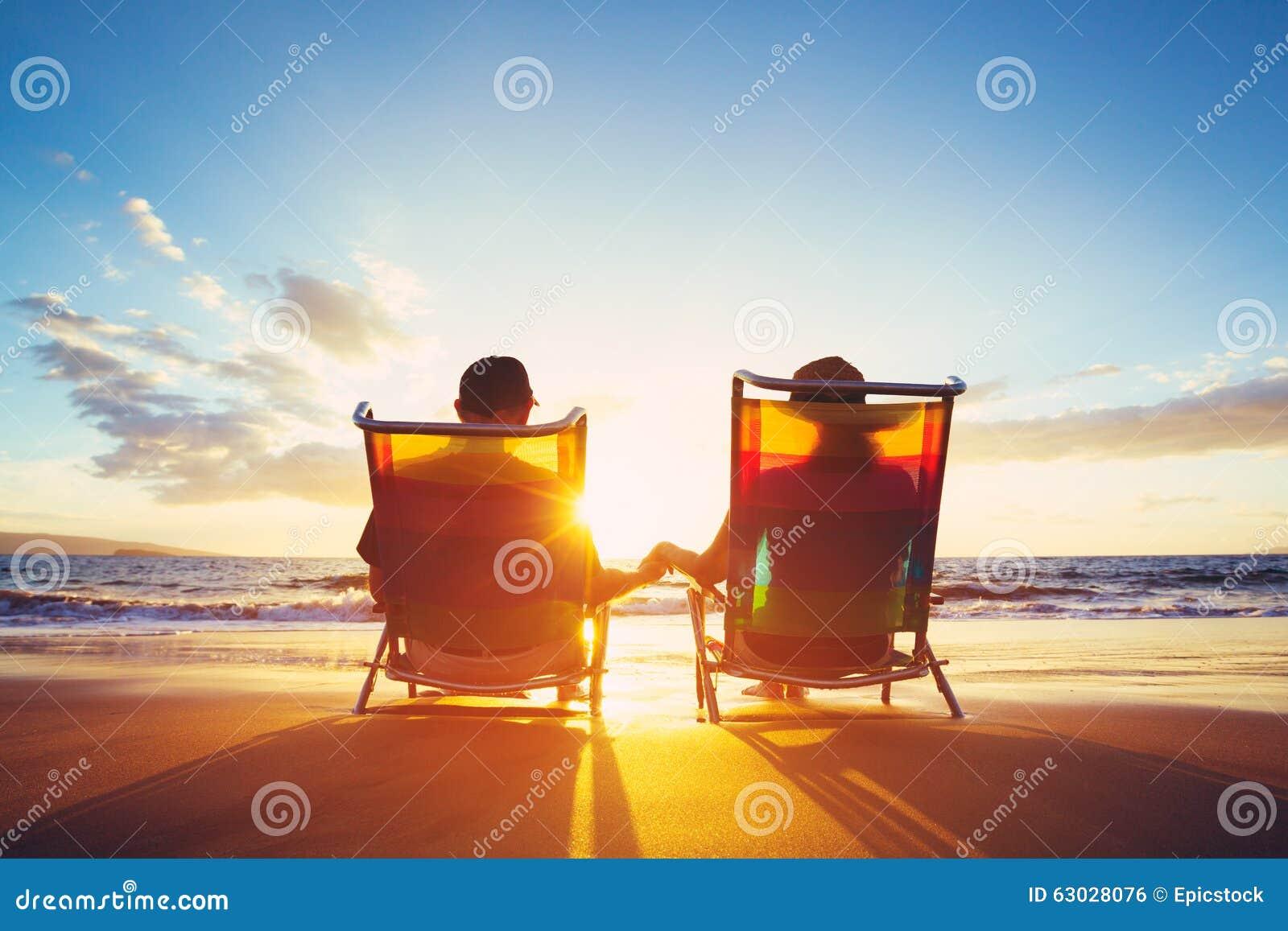 Ruhestands-Ferien-Konzept, reifes Coupé, das den Sonnenuntergang aufpasst