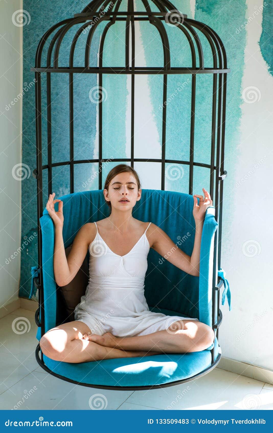 Ruhig und ruhig Frau entspannen sich in Lotussitz zu Hause Hübsche Frau lernen zu meditieren Nettes Frauenkonzentrat und