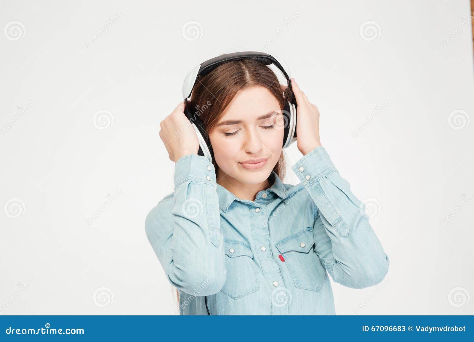 Ruhige durchdachte hübsche Frau mit Augen schloss das Hören Musik