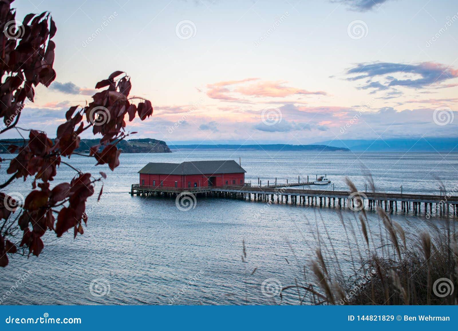Ruhiger Pier auf dem ruhigen See