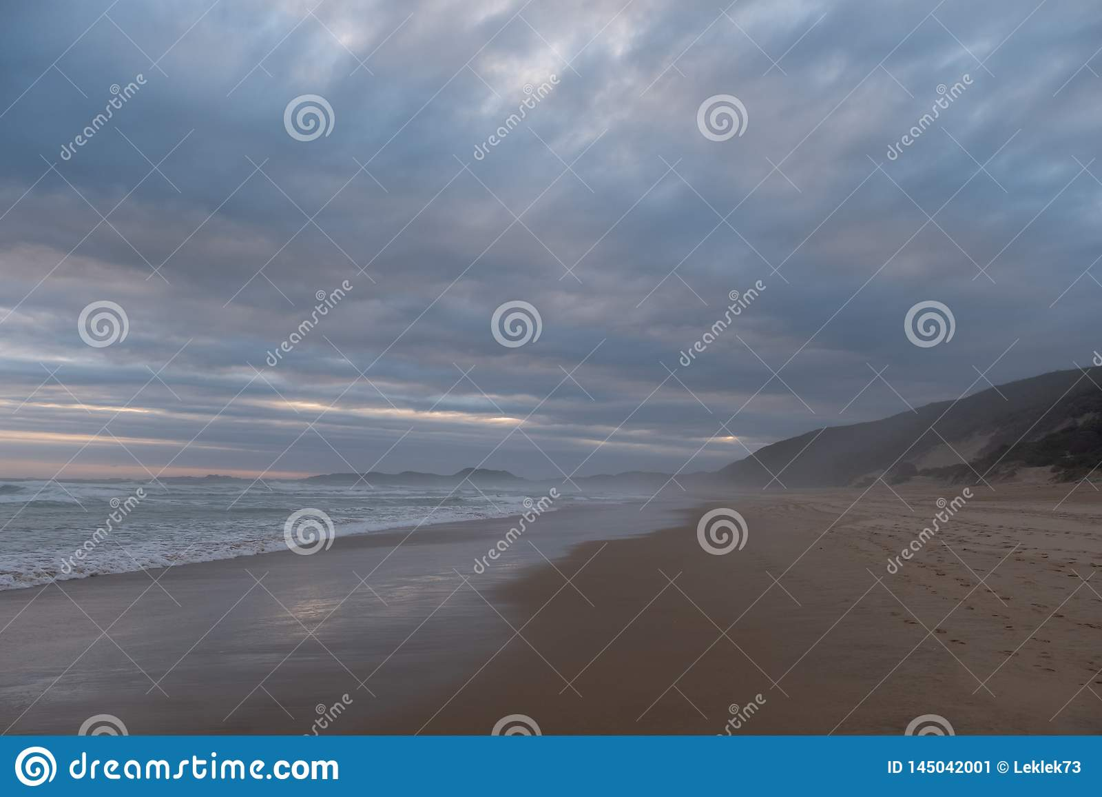 Ruhiger sandiger Strand bei Brenton auf Meer, Knysna, fotografiert bei Sonnenuntergang, Südafrika