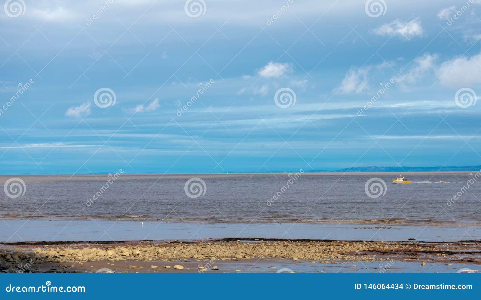 Ruhiger See mit kleinem Boot und blauem Himmel