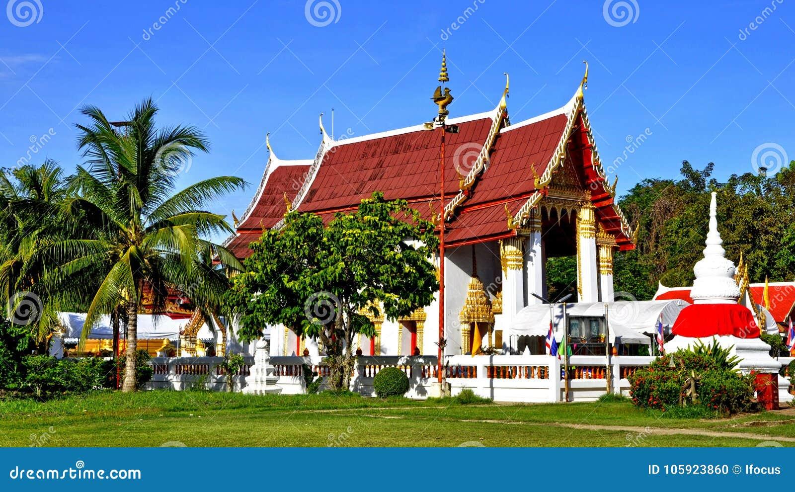 Ruhiger thailändischer Tempel Wat Phai Lom und sein chedi