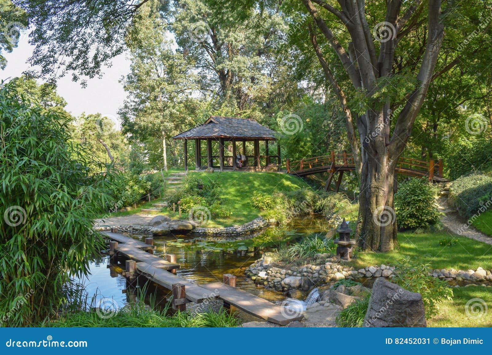 Ruhiger Und Romantischer Japanischer Garten Mit Schönem Teich Und ...
