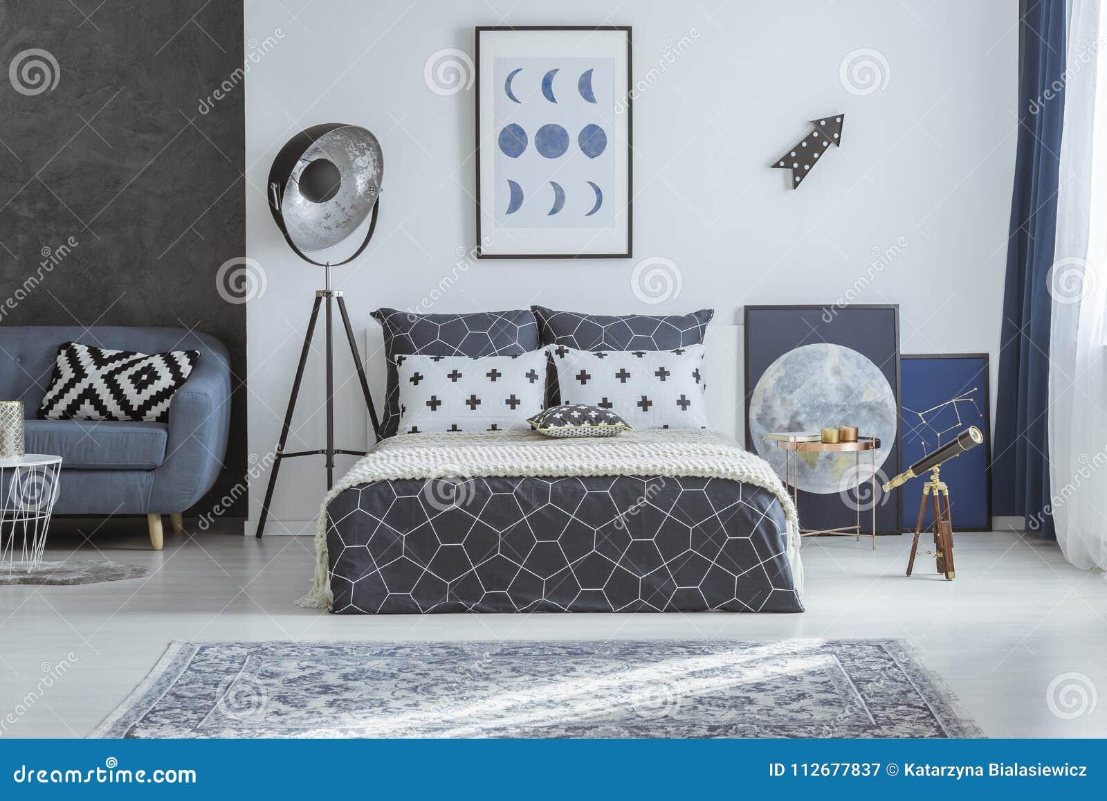 Blauwe Slaapkamer Lamp : Ruime blauwe slaapkamer met telescoop stock afbeelding