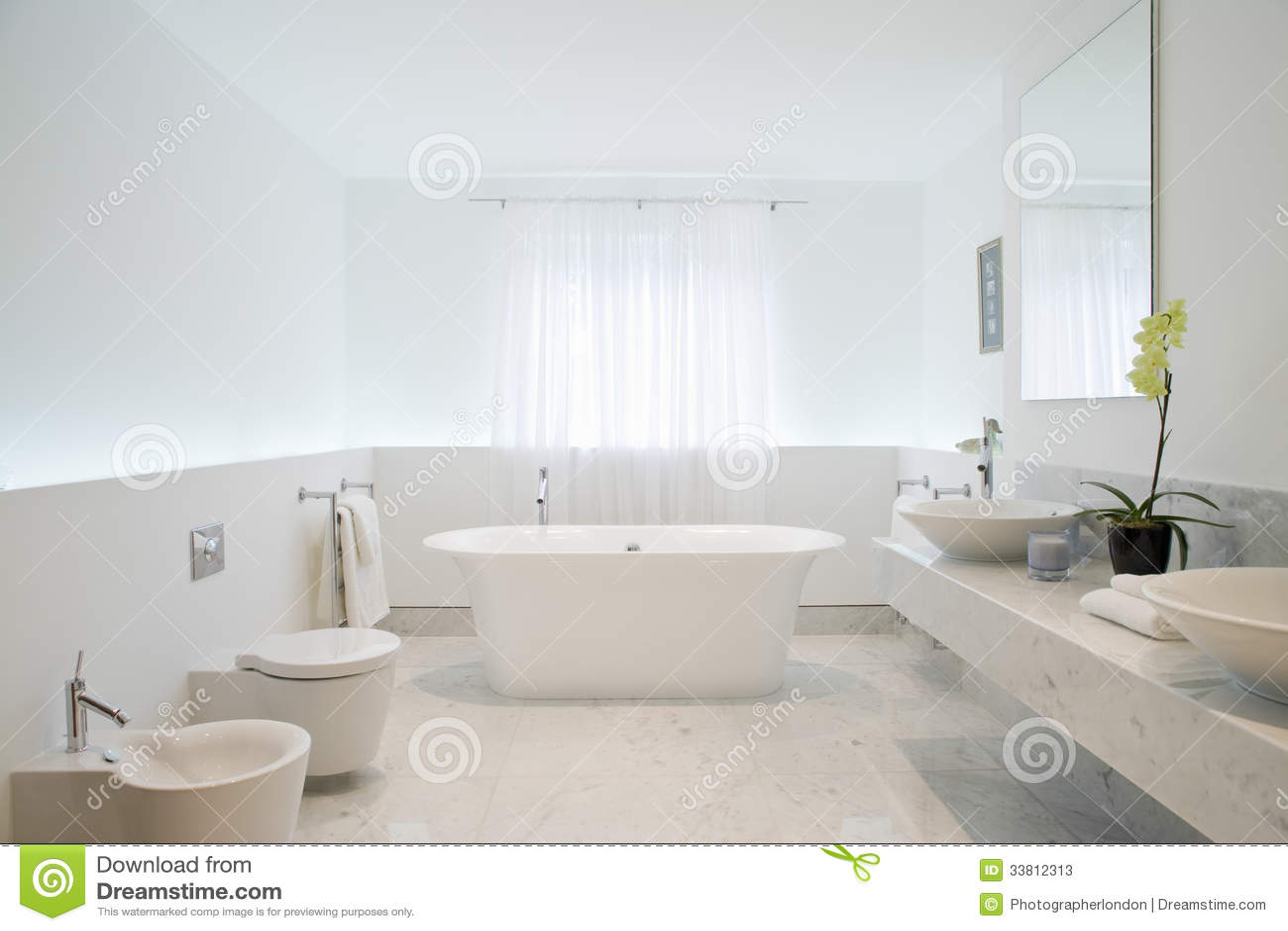 Ruime en elegante badkamers stock afbeelding afbeelding