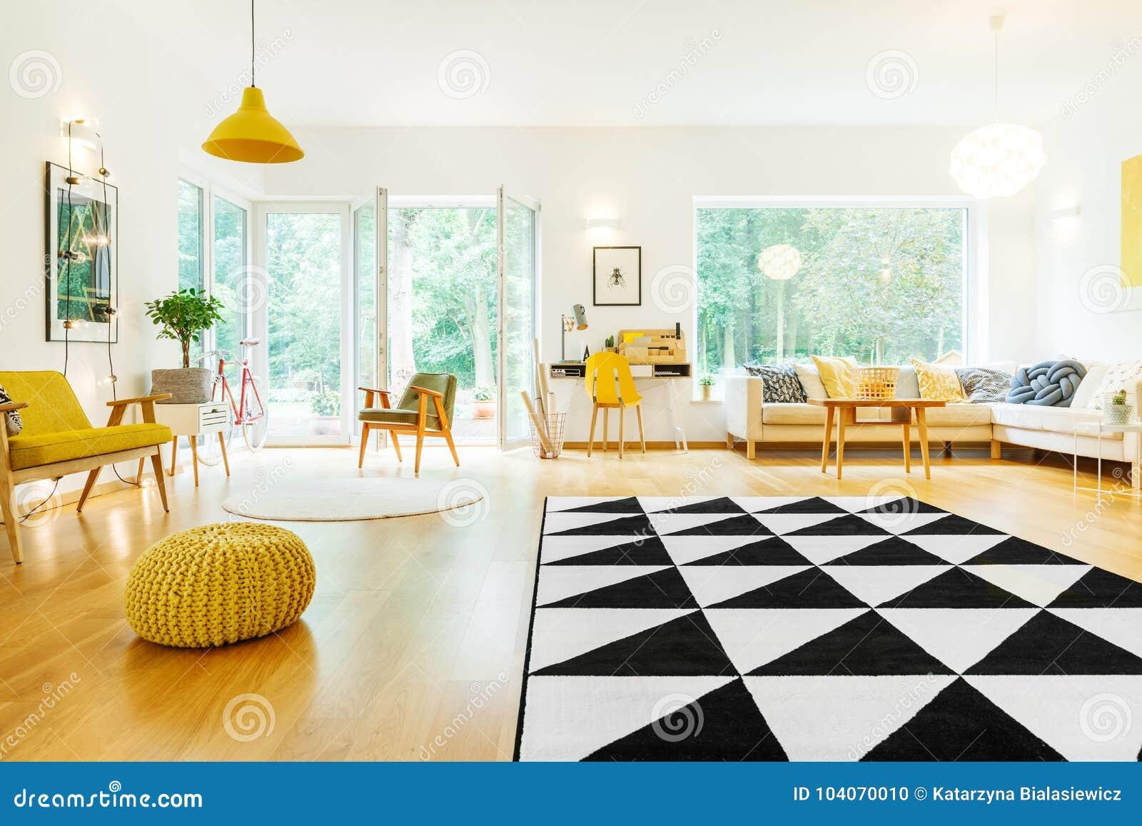 Ruime flat met driehoekstapijt