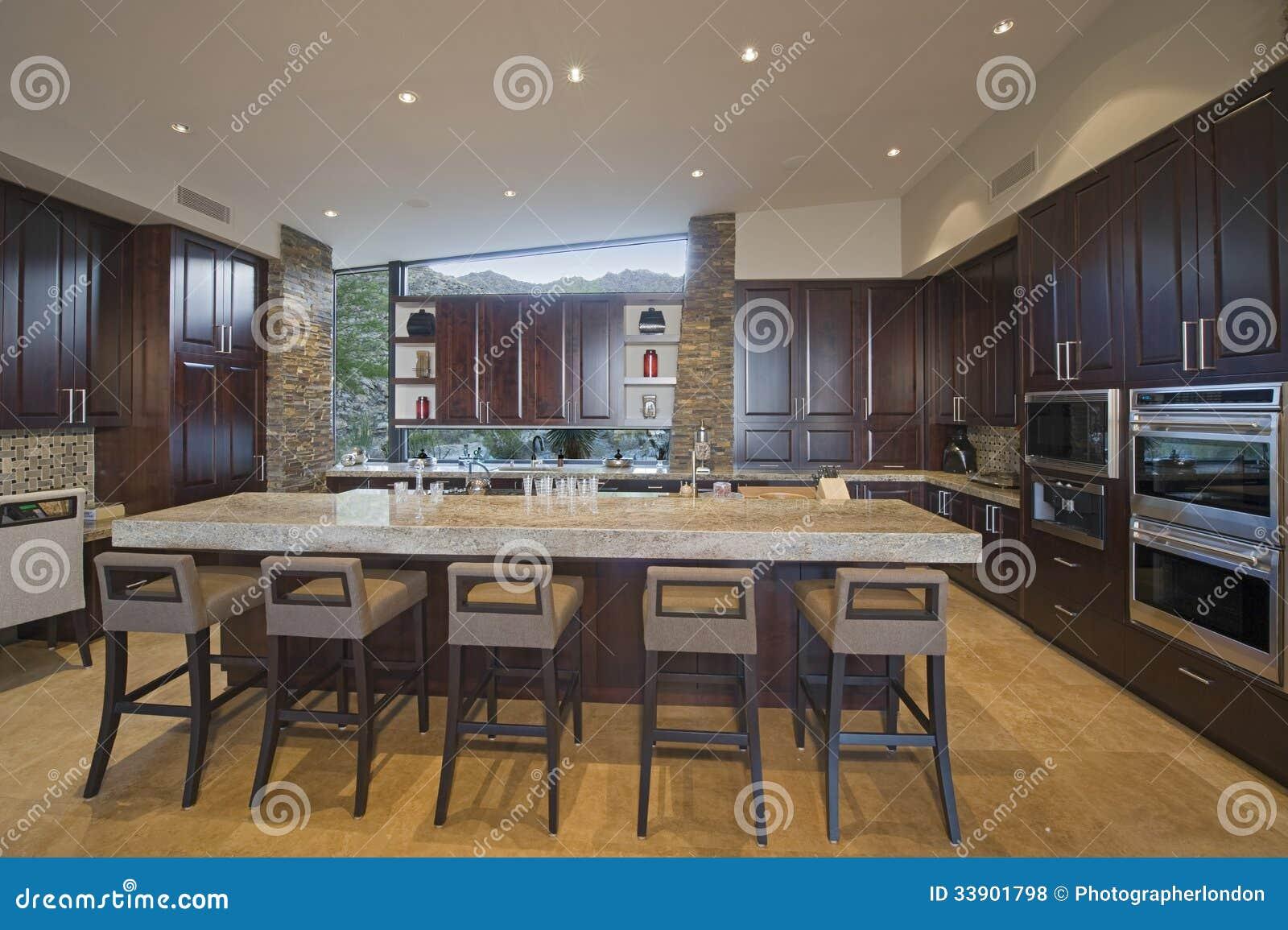 Ruime keuken met krukken bij eiland binnenshuis royalty vrije ...