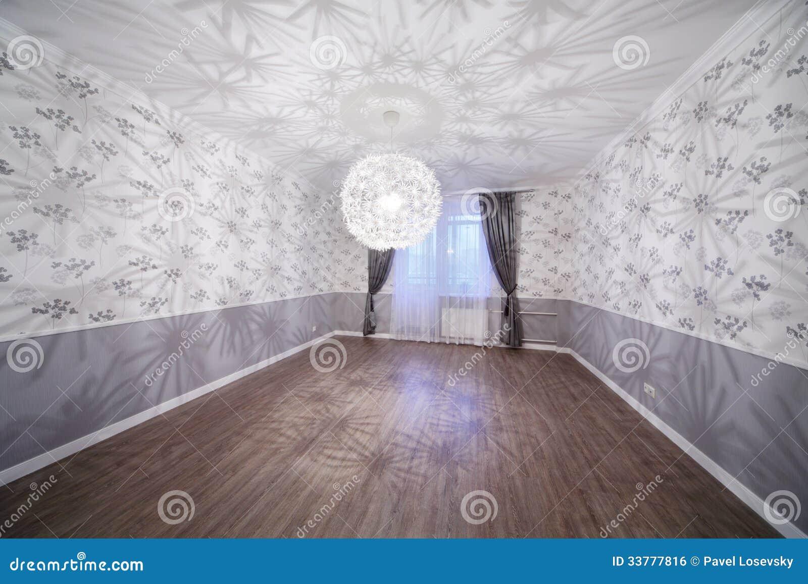 Ruime Lichte Ruimte Met Houten Vloer En Ongebruikelijke ...