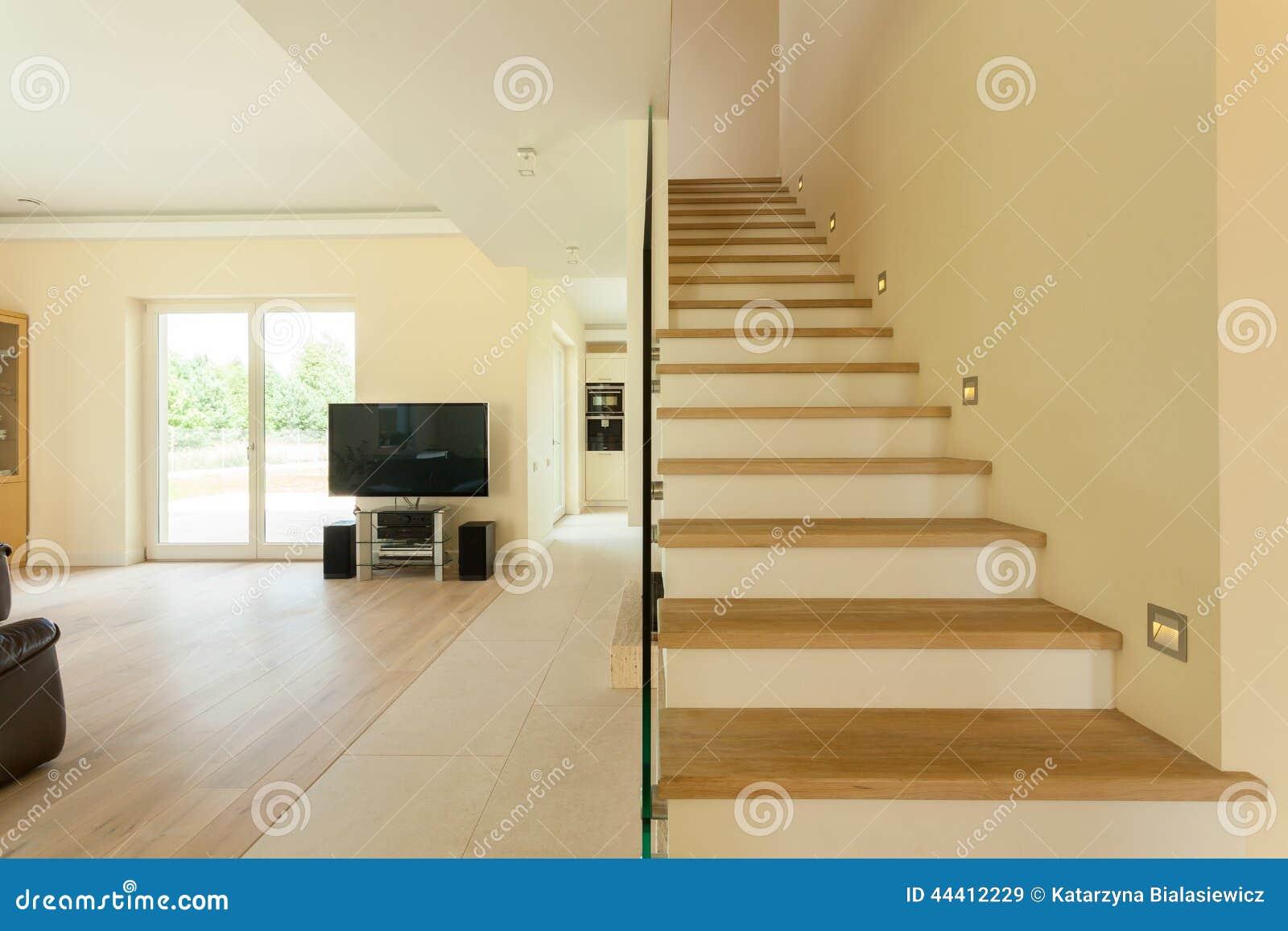 Ruime woonkamer met trap stock afbeelding afbeelding bestaande
