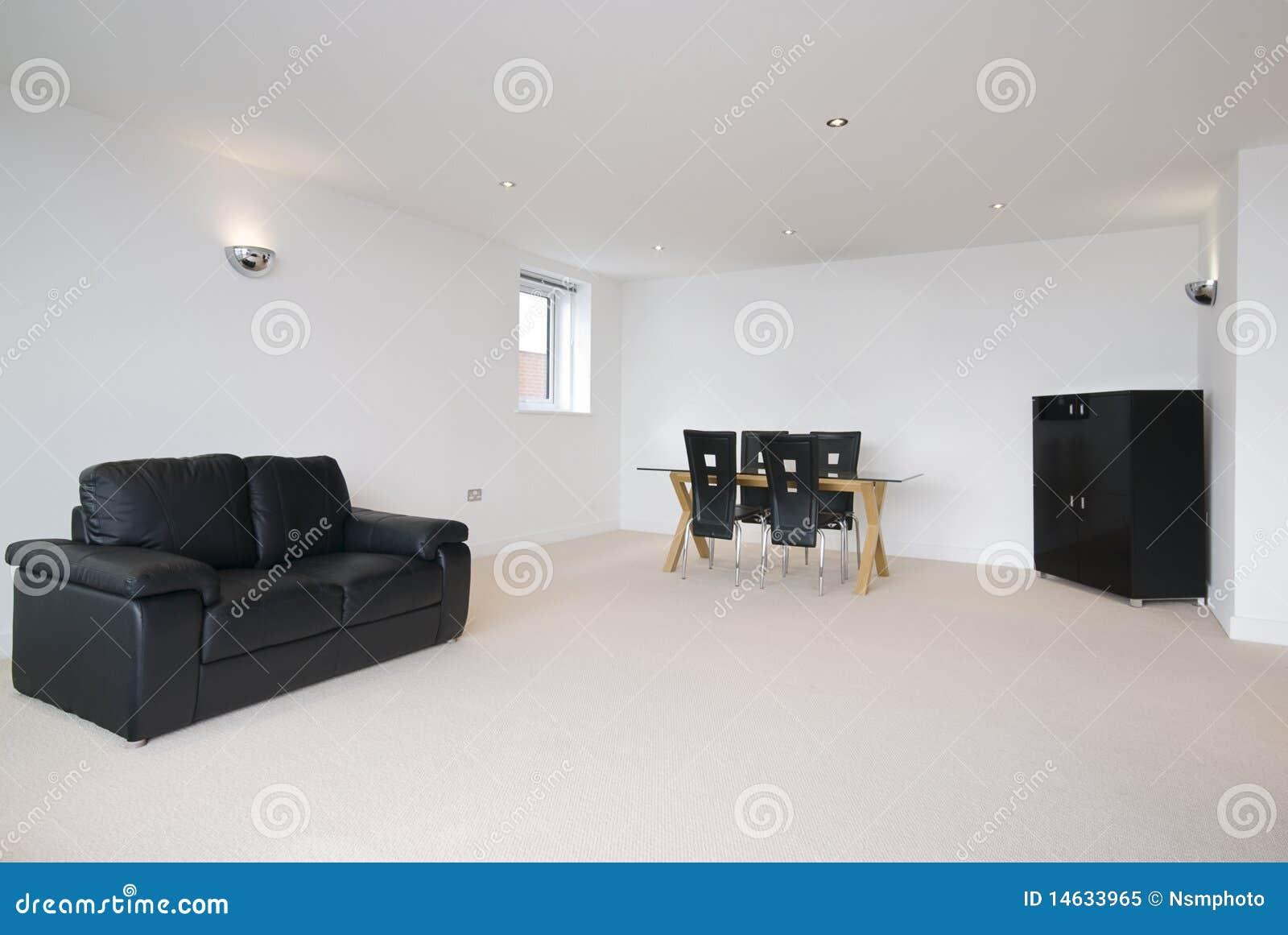 Ruime woonkamer met zwarte leerbank royalty vrije stock foto ...