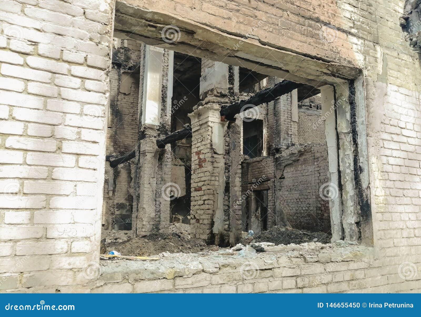 Ruina de una casa destruida viva
