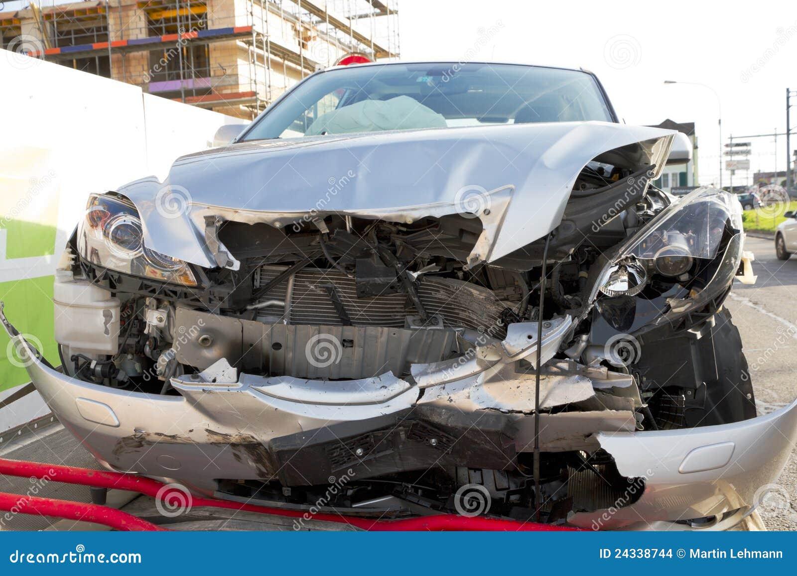 Ruina frontal del choque de coche