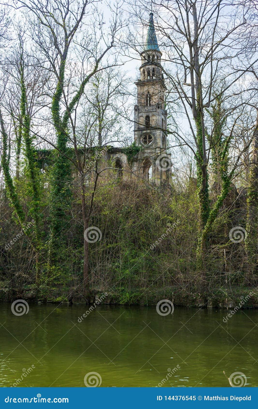 Ruina vieja de la iglesia en una isla en el lago