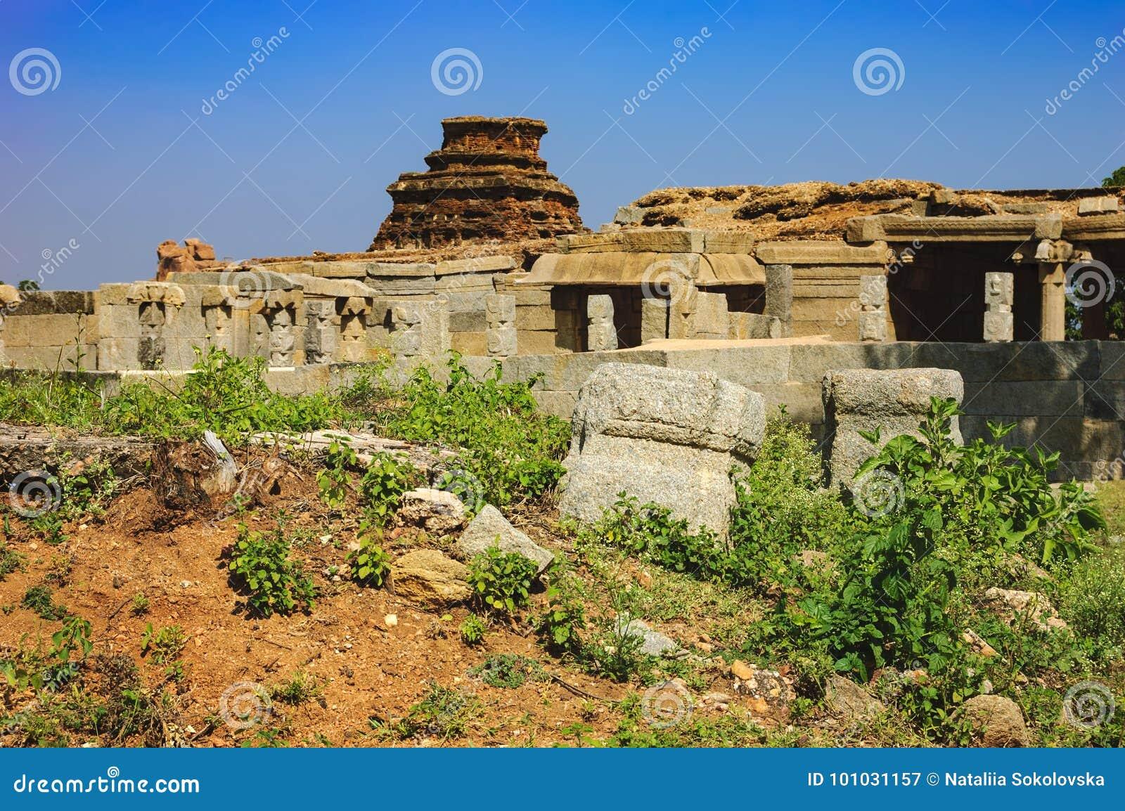 Ruinas antiguas de la señal india turística en Hampi