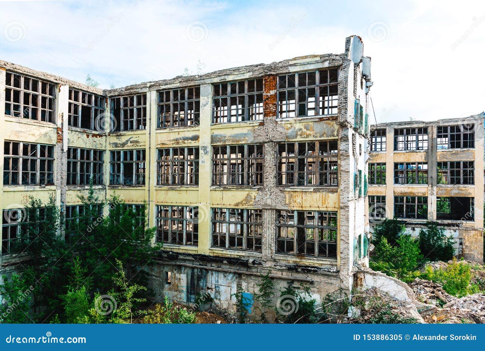 Ruinas de la empresa industrial anterior