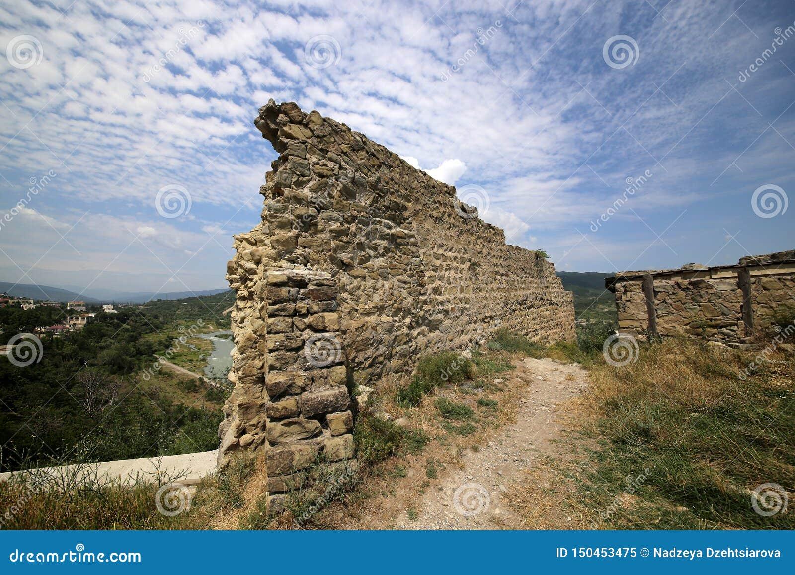 Ruinas de la fortaleza de Bebriscic del siglo IX y de una vista del r?o de Aragvi