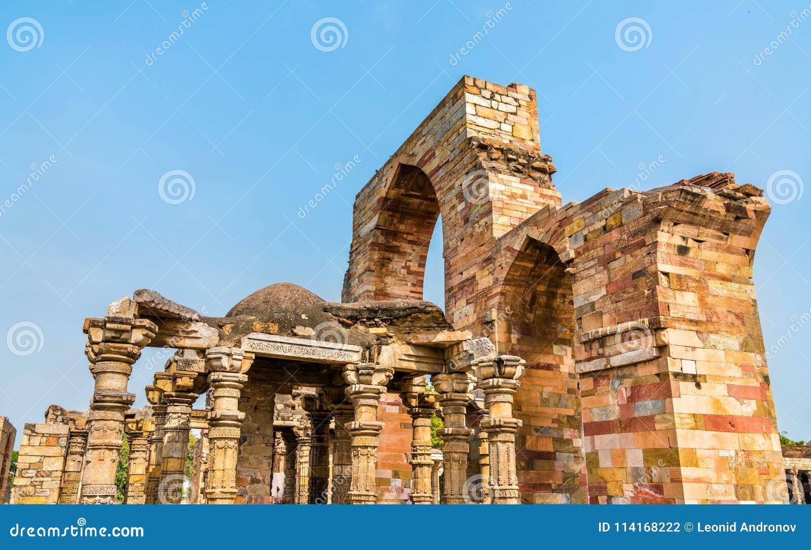 Ruinas de la mezquita del UL-Islam de Quwwat en el complejo de Qutb en Delhi, la India
