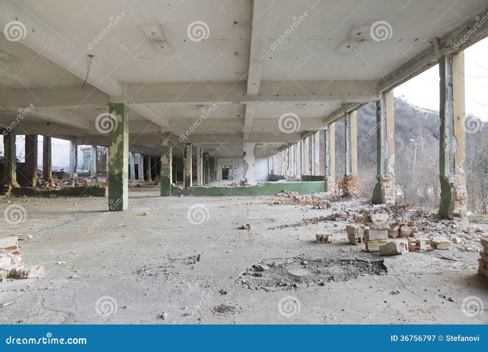Ruinas de un edificio vacío enorme