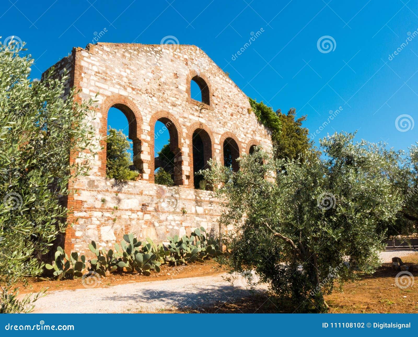 Ruinas de una compañía anterior de la mina en Campiglia Marittima, Italia