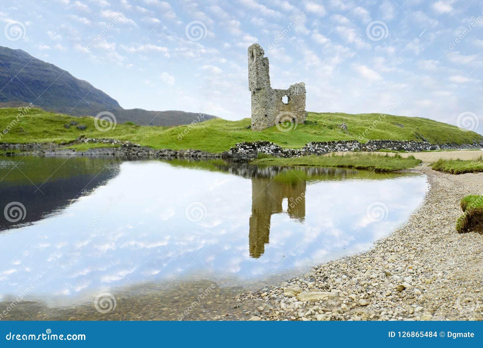 Ruinas del castillo de Ardvreck en Escocia y el lago Assynt