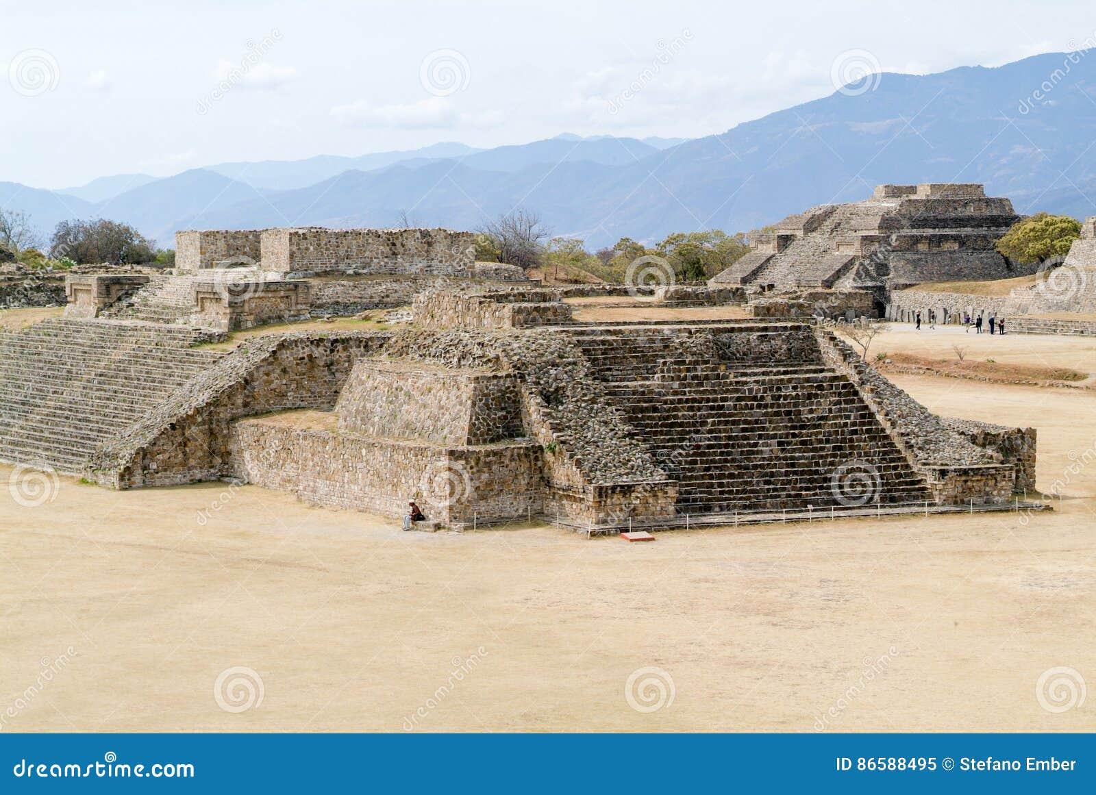 Ruinas mayas de la ciudad en Monte Alban cerca de la ciudad de Oaxaca