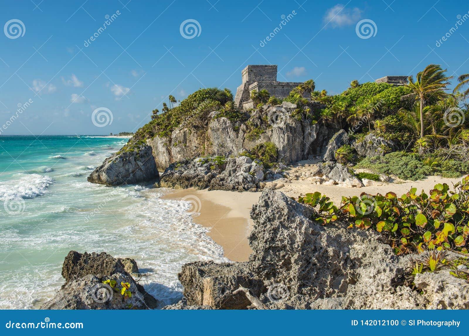 Ruinas mayas de Tulum por la playa, México