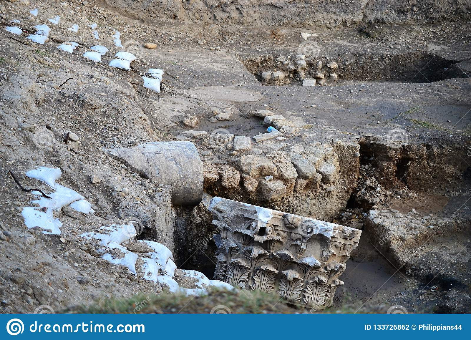 Ruinas que visitan de la clase de la arqueología de la ciudad antigua y bíblica de Ashkelon en Israel, Tierra Santa