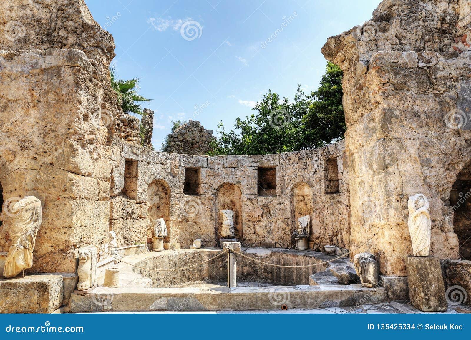 Ruinen des Agoras, alte Stadt in der Seite an einem schönen Sommertag, Antalya, die Türkei