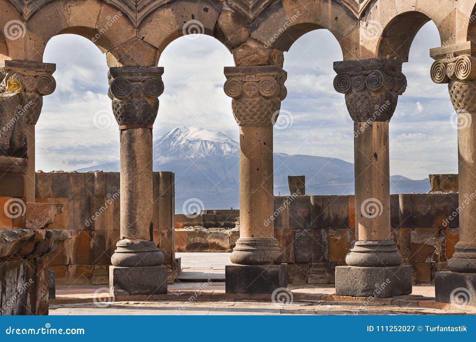 Ruinen des Tempels von Zvartnots und des Ararats im Hintergrund, in Eriwan, Armenien