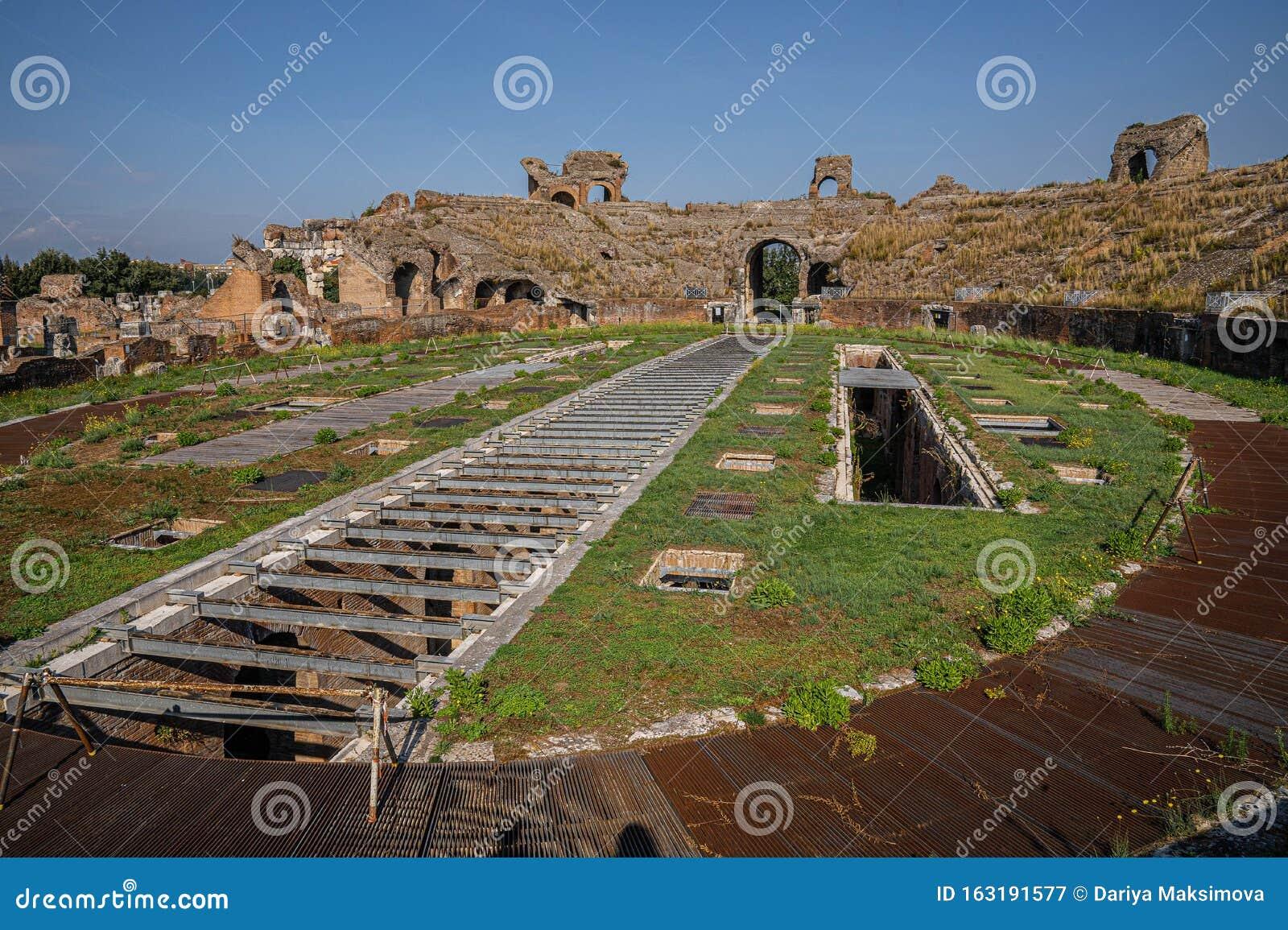 Ruinen Eines Antiken Amphitheaters In Santa Maria Capua Vetere In Kampanien  In Italien Stockbild - Bild von europa, berge: 163191577