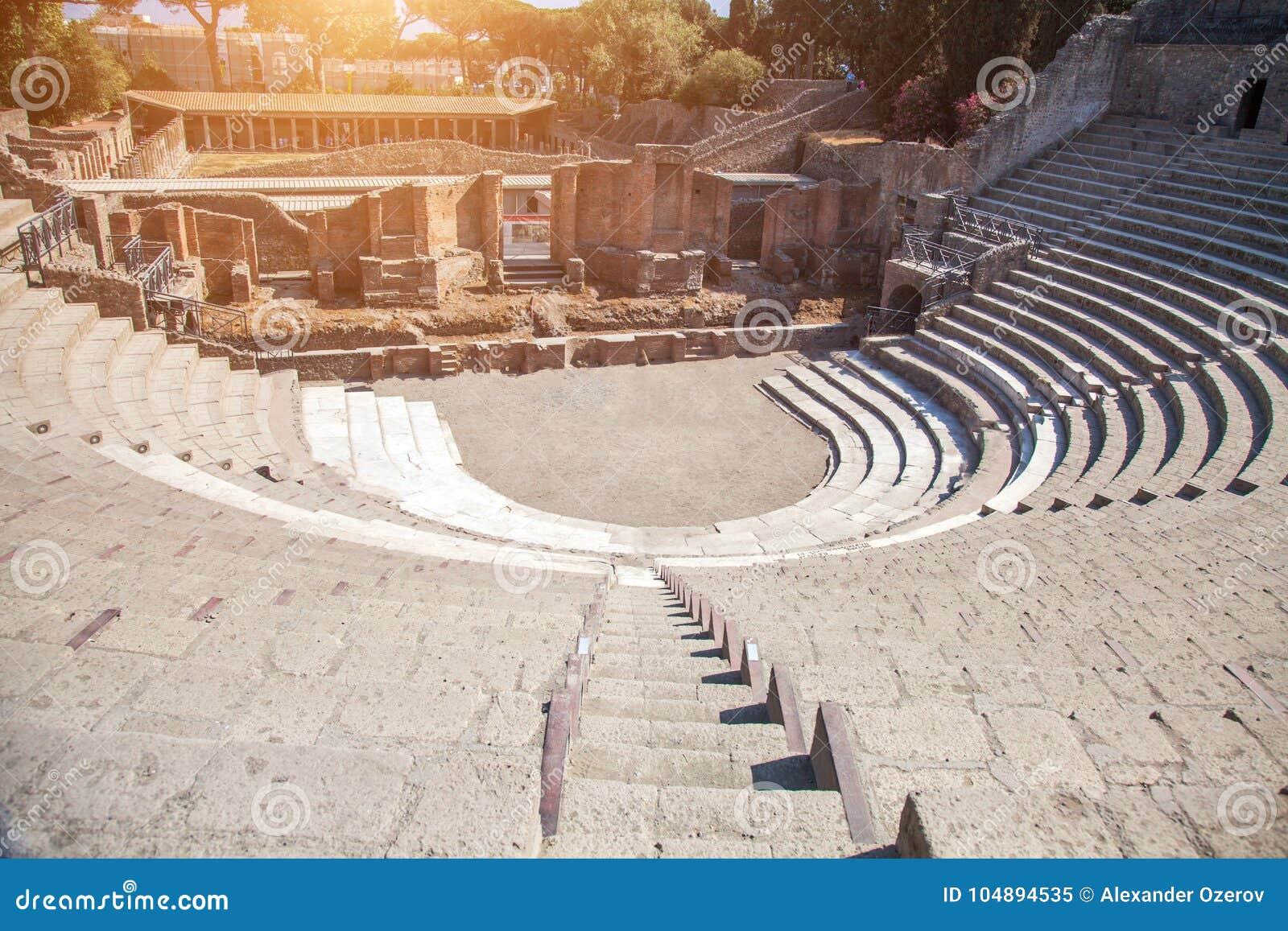 Ruinen eines kleinen Amphitheaters in Pompeji