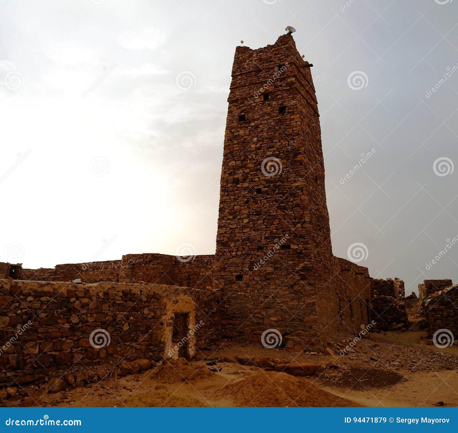 Ruinen von Festung und von Moschee Ouadane in Sahara, Mauretanien